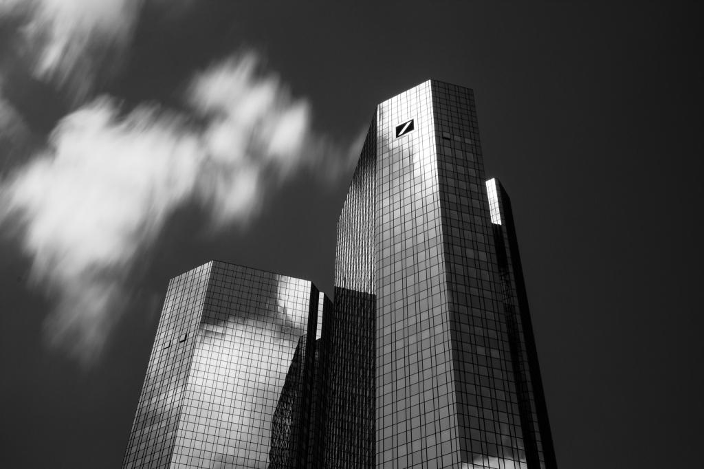 -Deutsche Bank Frankfurt - SW -Canon EOS 60D (Sigma 17-70mm F2.8-4 DC Macro C, 31 mm, f/18.0, 20s, ISO100)